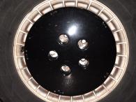 Les roues sont fidèle à l'originale, car on retrouve les jantes alu TurboCast en 15 pouces avec les enjoliveurs Bowling