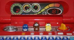 Il y a trois boutons en forme de voiture : Doc, Martin et Luigi - Vtech : Genius Flash McQueen (2008) Ordinateur Cars