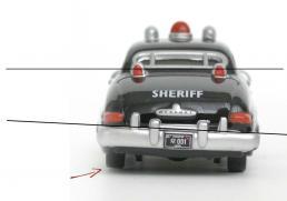 La carrosserie est tordue car le pare-choc et la lunette arrière ne sont pas parallèles. Du coup le châssis est vrillé et seulement trois roues touchent le sol.