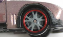 Les branches des roues devraient être à la limite de la jante au lieu d'être rentrées profondément dans la jante. De plus, le moulage intègre le disque de frein mais aussi les plaquettes qui tournent avec la roue.