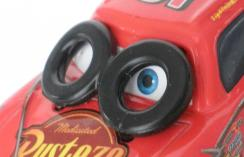 Sur les deux pneus situés sur les yeux de Flash, il n'y a aucun relief évoquant un pneu