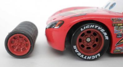 Les roues sont d'un diamètre plus petit que ceux de Flash, à la fois au niveau de la jante que du pneu lui-même