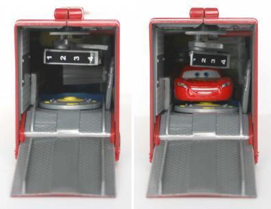 Malgré tous les accessoires de la remorque, on peut loger une voiture à l'intérieur, même lorsqu'elle est repliée.