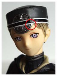 Il y a un petit défaut de peinture sur la casquette, au niveau de l'insigne : il manque à ce dernier un petit millimètre de peinture argentée.