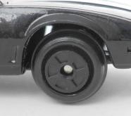 Les roues ne correspondent pas du tout à celles de KITT, ce sont des modèles standard que l'on trouve sur de nombreux autres jouets de cette époque