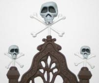 D'après l'illustration, seul le crâne central devrait avoir des os croisés. On remarque aussi que le blanc des os est plus clair que le blanc des crânes