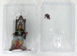 les deux morceaux de plastique qui maintiennent la figurine dans la boîte sont simplement emboîtés
