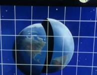 L'image de radar montre une terre coupée en deux. Cette erreur d'affichage vient du radar qui est faussé par un champ magnétique émis depuis la Terre.