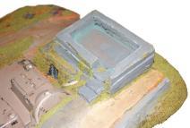 L'ancien bunker Space Marine est en béton, une porte Bleu typique des Tanks de cette armée permet d'accéder en dessous