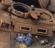 on trouve des restes de corps et de matériel éparpillé un peu partout sur le champ de battaille