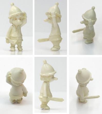 Le personnage montré sur cette photo est le prototype, il est donc en blanc, la version définitive sur le modèle de série est en couleur.
