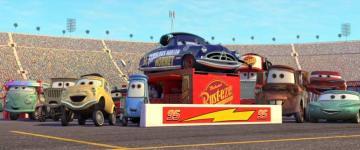 Mack dans les stands avec ceux de Radiator Springs