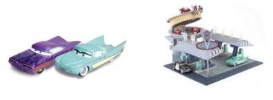 Flo et Ramone en jouet devant le V8 Café (Cars - Pixar)