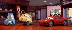 Luigi et Guido recoivent dans leur magasin la Ferrari doublé par Michaël Schumacher (Cars - Pixar)