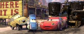 Luigi et Guido ont un geste de sympathie envers Flash (Cars - Pixar)
