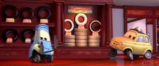 Luigi et Guido équipent Flash de pneus à flancs blancs (Cars - Pixar)