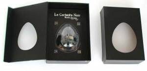 la bulle en plastique transparent est arrimée à un socle de carton qui rigidifie et cale sa position