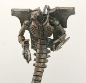 Les détails du torse du Spectre Nécron sont bien moulés (Warhammer 40.000)