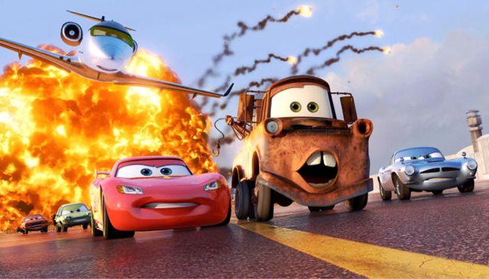 Flash MacQueen et Marin fuient une explosion dans Cars 2