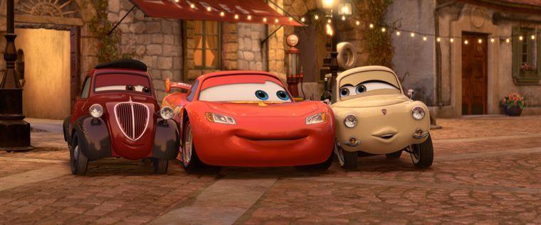 L'oncle Topolino et Mama Topolino tentent de réconforter Flash McQueen (Pixar - Cars 2)
