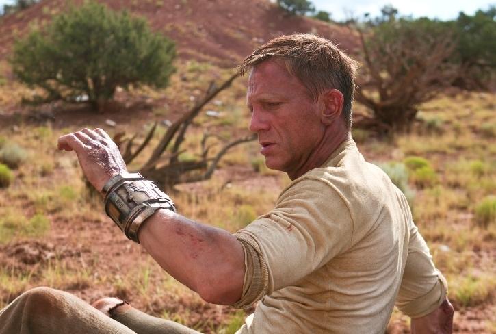 Jake Lonergan (Daniel Craig) se réveille après un drôle de bracelet (Cowboys et Envahisseurs)