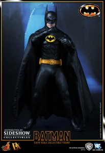 Image d'une pose de combat de la figurine de Batman (version de 1989, Tim Burton) par Hot Toys