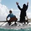 Tintin et Haddock sont attaqués sur un bateau retourné se font attaqués par un avion