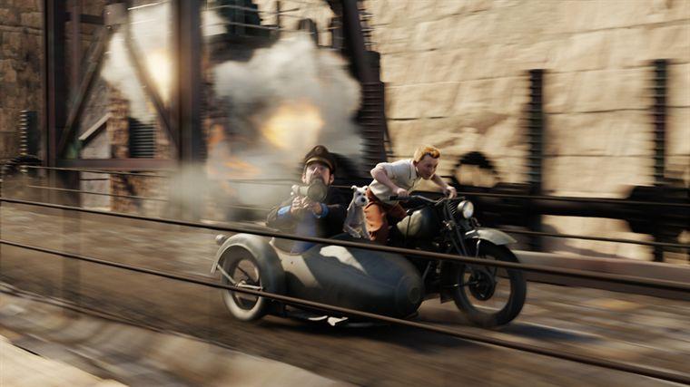 Haddock sur un sidecar conduit par Tintin utilise un bazooka pour viser une voiture