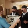 Tintin avec les Dupont / Dupond dans le secret de la Licorne en train de lire un journal
