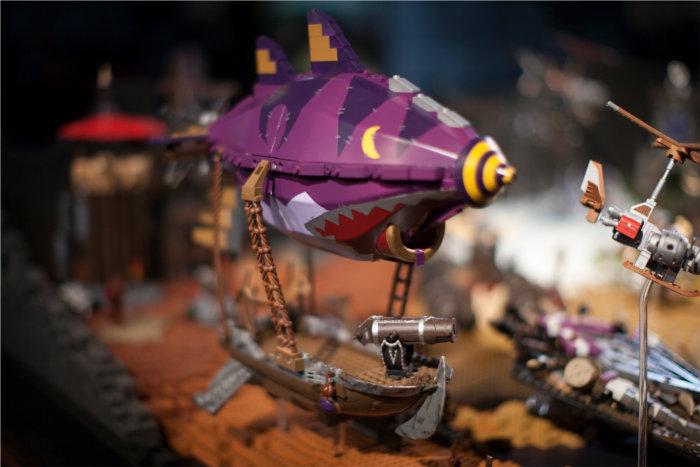 Gros plan d'un zeppellin Gobelin de Warcraft réalisé en Mega Bloks