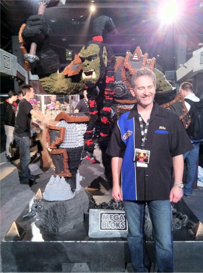 Mike Morhaime (PDG de Blizzard) à côté de Thrall en mega bloks à la blizzcon 2011