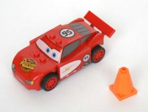 Flash McQueen est fourni avec un cône de signalisation (Lego 8200)