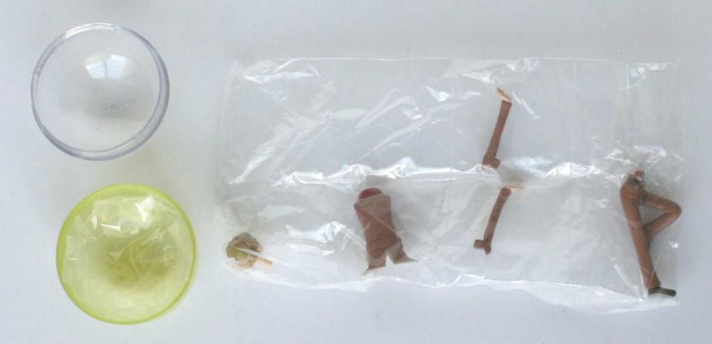 Les différentes pièces sont emballées avec dans des sachets de plastique séparés pour que la peinture ne soit pas abîmée par le transport