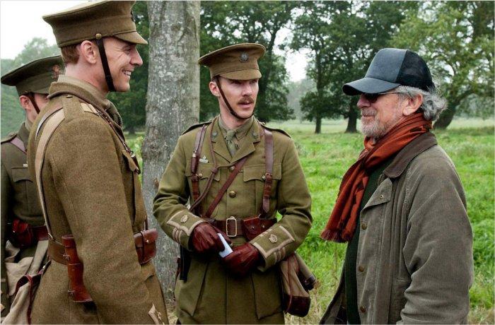 Des soldats parlant avec Spielberg avant la séquence de la charge au début du film (tiré du film Cheval de Guerre de Steven Spielberg)