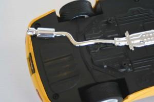 Le pot d'échappement est collé à plat sur le châssis au lieu d'être intégralement moulé