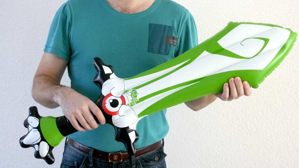 Epée de Rubilax gonflable tenu par un adulte (Wakfu)