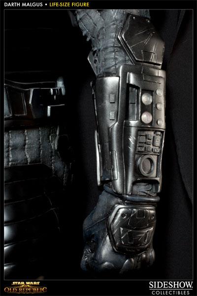 Statue Dark Malgus de Star Wars : The Old Republic - gros plan de la main droite