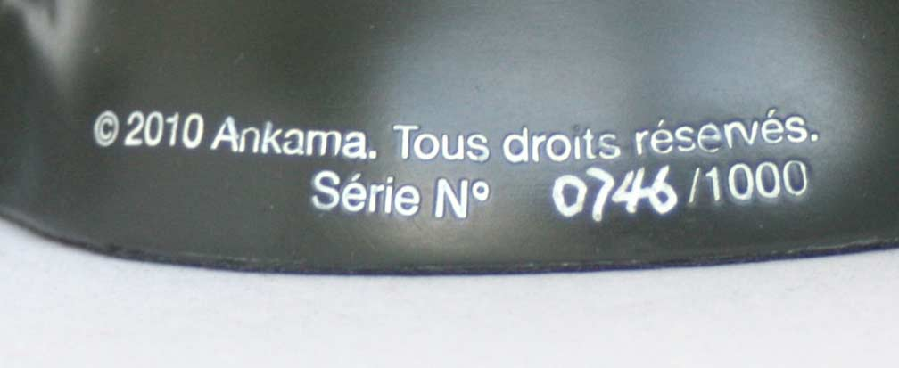 Le numéro de série est inscrit sur le socle de la figurine