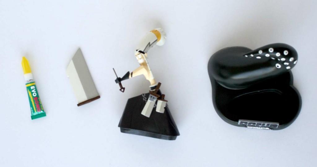 il faut assembler deux pièces pour monter la figurine