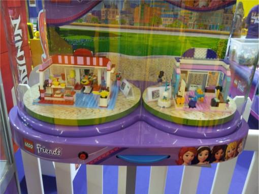 Détail d'une vitrine Lego Friends sur Kid Expo