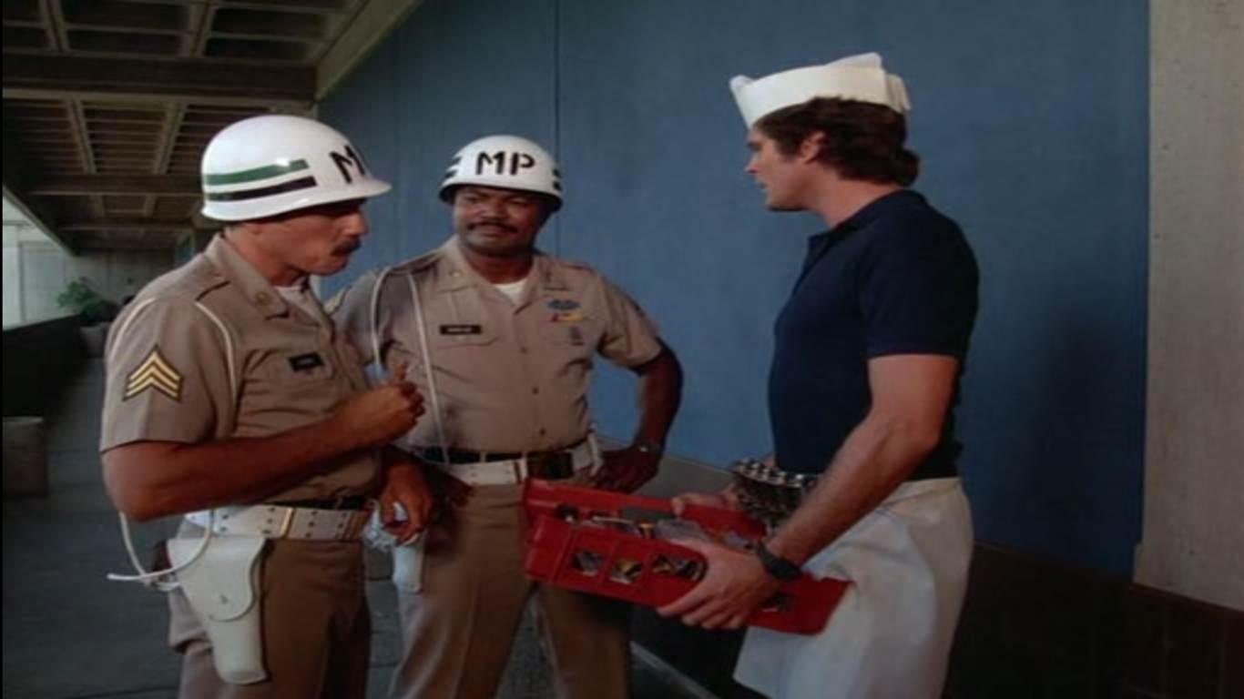Michael déguisé un vendeur de barres chocolatées