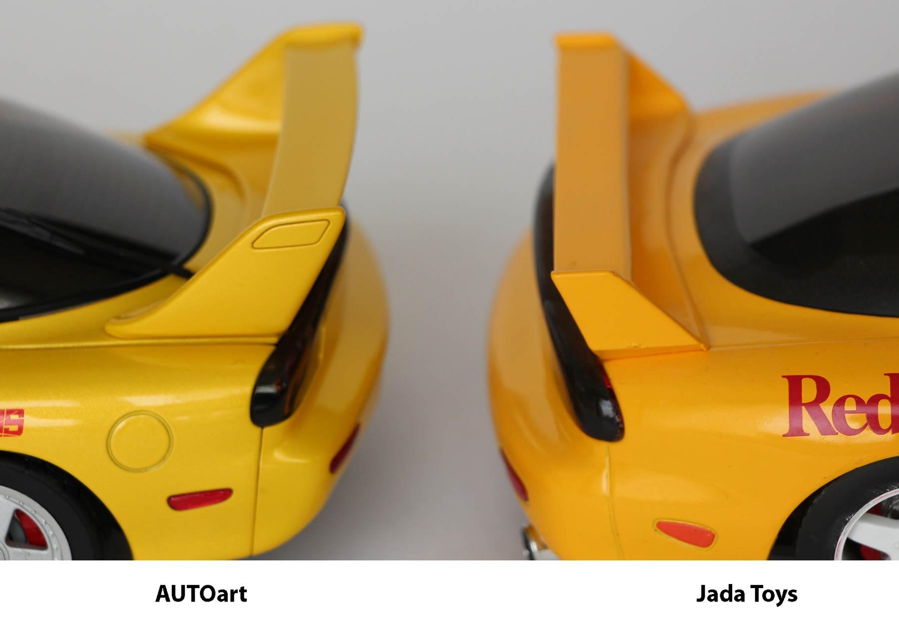 comparaison arrière de la version AUTOart et Jada Toys de la RX-7 d'Initial D