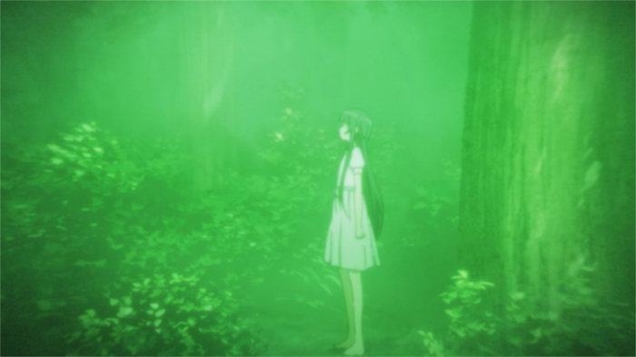 Yui dans les bois ressemble à un fantôme à cause de la luminosité de la zone