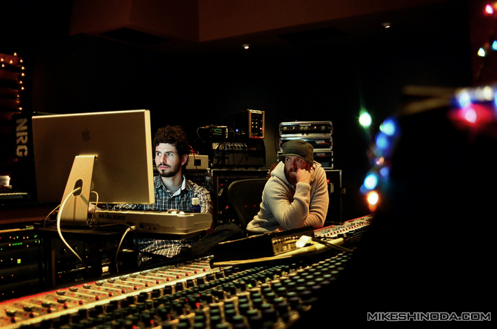 Photo du blog de Mike Shinoda du groupe Linkin Park travaillant en studio