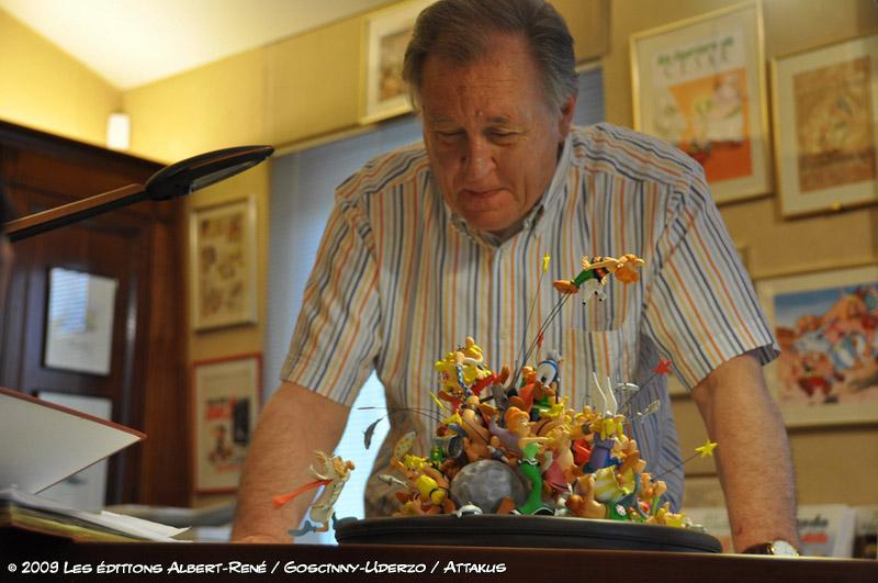 Uderzo regardant le résultat de la maquette d'Attakus pour les 50 ans d'Astérix