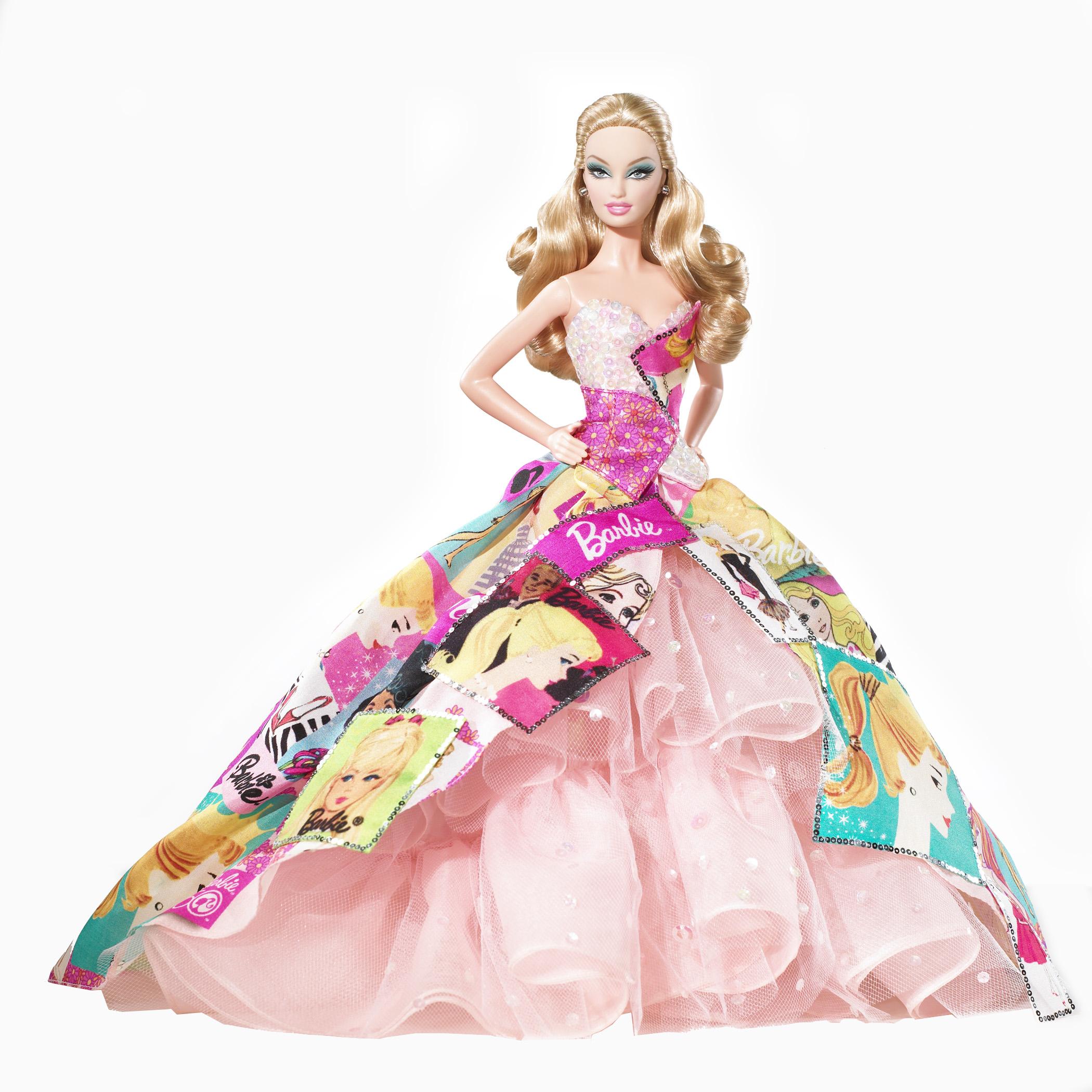 une tenue de Barbie en poupée