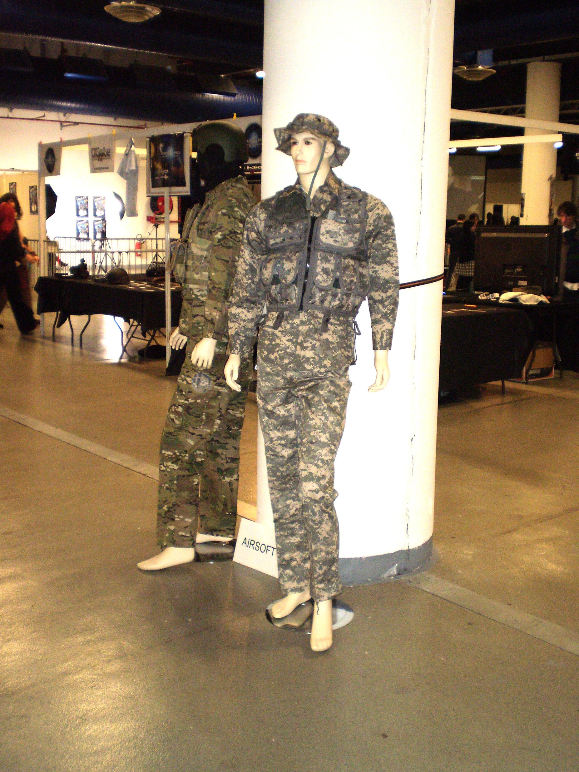 Achetez des répliques d'uniformes des forces armées américaines.