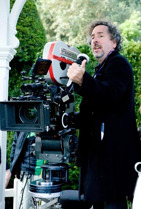 Tim Burton filmant Alice au pays des Merveilles