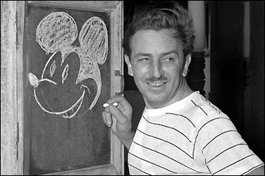 Walt Disney dessinant Mickey