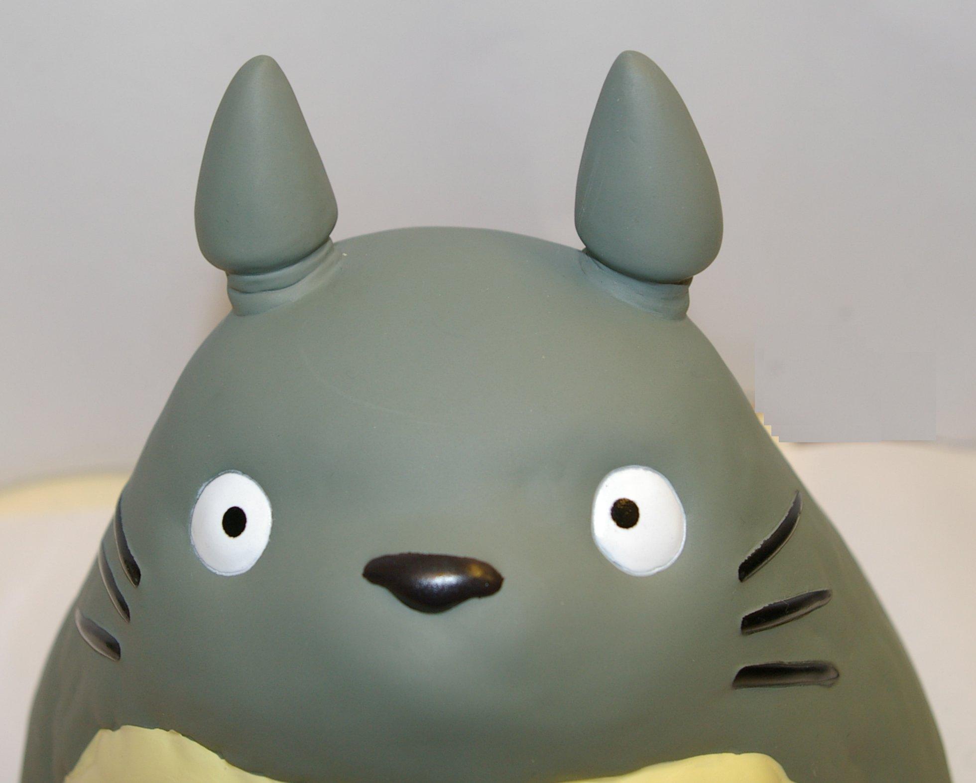 Gros plan sur la tête de la tirelire Totoro